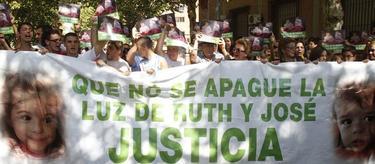 Un grupo de personas piden justicia para los niños de Córdoba | EFE