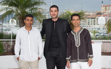 El director Nabil Ayouch (en el centro), con los actors Abdelhakim Rachid y Abdelilah Rachid, en el pasado Festival de Cine de Cannes.   Cordon Press