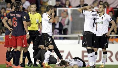 Momento en que Sergio Canales se lesiona ante el Atlético de Madrid. | EFE