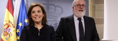 La vicepresidenta del Gobierno, Soraya Sáenz de Santamaría junto a Miguel Arias Cañete | EFE