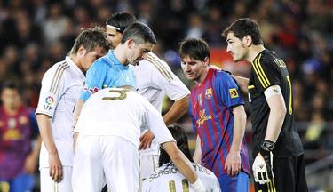 Iker Casillas (d), durante un clásico contra el Barça en el Camp Nou. | Cordon Press/Archivo