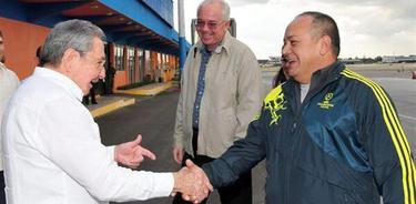 Raúl Castro saluda a Diosdado Cabello | EFE