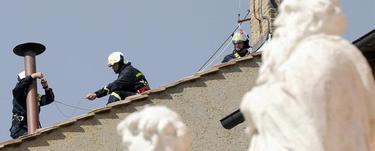 Los bomberos colocan la chimenea   EFE