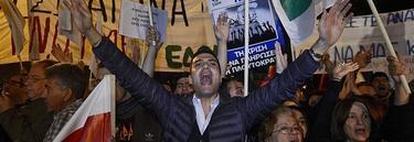 Varios manifestantes frente al Parlamento de Chipre | Efe
