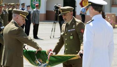 El general de la Unidad, Alfredo Cardona Torres (i), enrolla la bandera emblema de esta unidad   EFE