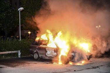 Un automóvil ardiendo en plenos disturbios en Estocolmo| EFE