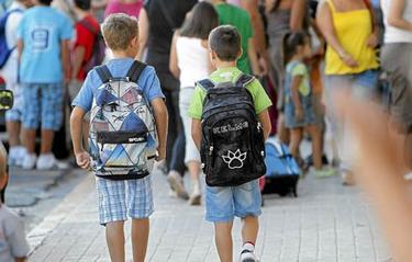 Dos niños a las puertas de un centro escolar.