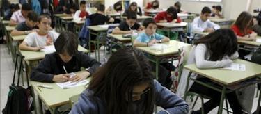 Alumnos haciendo un examen | Archivo