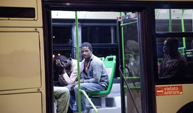 Un grupo de inmigrantes, el pasado agosto, esperan el traslado a un centro de inmigrantes en Lampedusa. | Cordon Press