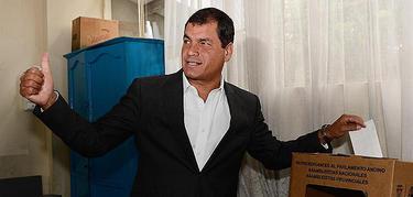 El presidente salvadoreño, en el momento de depositar su voto | EFE
