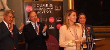 Cospedal promocionando el vino de La Mancha en el Senado | JCCM