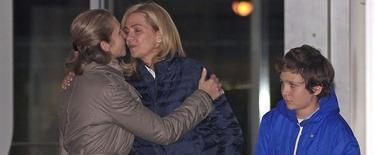 Las infantas Cristina y Elena se despiden en la puerta del hospital | EFE