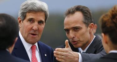 El jefe de protocolo Jean-Luc Chopard recibe al secretario de Estado de EEUU, John Kerry, a su llegada a Ginebra. | Efe