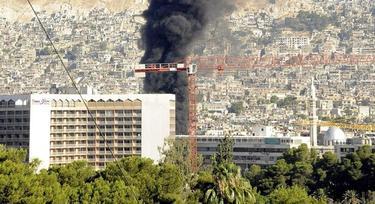 el humo que se eleva tras explosión registrada cerca del hotel de los observadores de la ONU en Damasco. | EFE