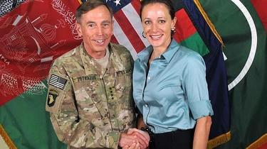 David Petraeus con Paula Broadwell, su biógrafa y amante. | Efe