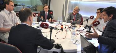 De espaldas, José María Rotellar; izquierda, Philipp Bagus; de frente Borja Durán (i)y Pedro Schwartz (d): a la derecha Javier Somalo | LD/D.Alonso