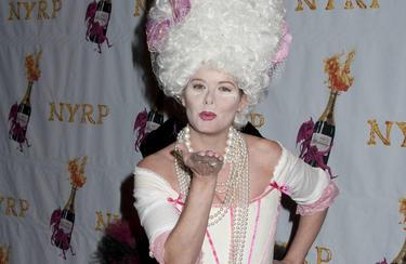 La actriz Debra Messing, de María Antonieta en la fiesta de Halloween de Betty Midler.   Cordon Press/Splash