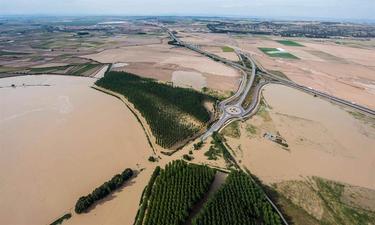 Desbordamiento del río Ebro como consecuencia de la riada provocada por los ríos Arga y Aragón en Navarra | Efe