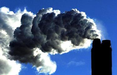 Una fabrica emite dióxido de carbono | Cordon Press