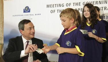 Draghi entrega un  nuevo billete de 5 euros a un niño. | EFE