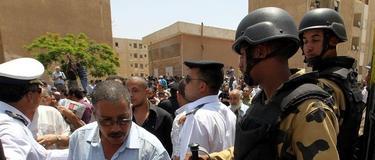 Miles de militares custodian los colegios electorales   EFE