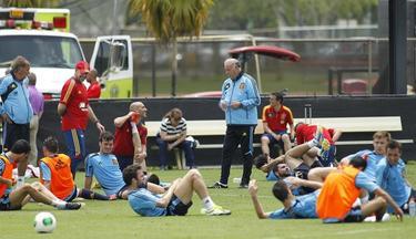 Del Bosque da instrucciones durante el entrenamiento de la selección. | EFE