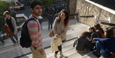 Estudiantes de Erasmus a las puertas de la facultad de la Universidad de Roma | EFE/Rubén Caramazana