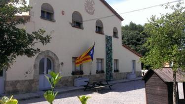 Fachada de la escuela pública de la localidad gerundense de Porqueras | Imagen: CCC