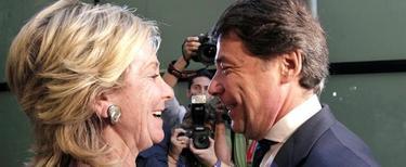 Esperanza Aguirre felicita a Ignacio González, tras ser elegido por la Asamblea de Madrid, nuevo presidente de la Comunidad. | EFE