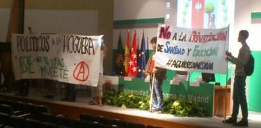 Pancartas sobre el escenario, tras ser suspendido el acto | @diegose21