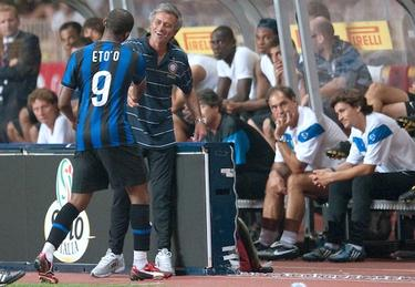 Eto´o y Mourinho celebran un gol del Inter   Cordon Press