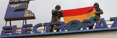 Militares bolivianos en la sede de la empresa expropiada   EFE