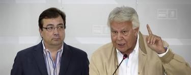 Felipe González con el expresidente de Extremadura | EFE