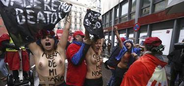 Activistas de Femen en Madrid con el pecho descubierto | EFE