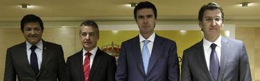 El ministro, junto a Javier Fernández, Iñigo Urkullu y Alberto Núñez Feijóo | EFE