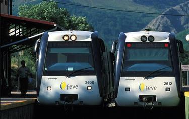 Dos trenes pertenecientes a los Ferrocarriles de Vía Estrecha. | FEVE