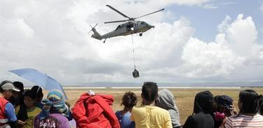 Un Blackhawk estadounidense movilizando recursos en Tacloban | EFE