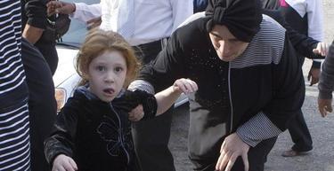 Una niña israelí en Ashdod corre hacia un refugio al escuchar la sirena que advierte de un inminente ataque de Hamas | EFE