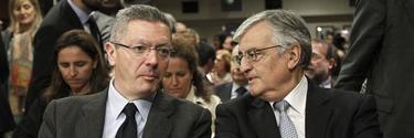 Alberto Ruiz-Gallardón, junto al fiscal general del Estado, Eduardo Torres-Dulce.   Archivo