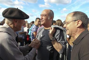 Izaguirre (derecha), junto a Martin Garitano (centro) y el etarra Bolinaga (izquierda). | Archivo