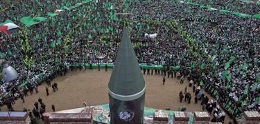 Una réplica de un cohete preside el acto de Hamas. | EFE