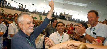 Griñán aplaudido por Mario Jiménez (d),  nuevo vicesecretario de los socialistas andaluces. | Efe