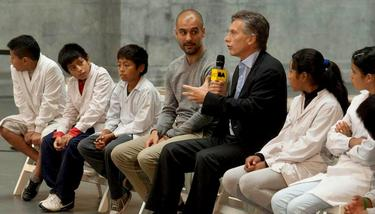 Pep Guardiola, durante una charla con niños en Argentina. | Archivo