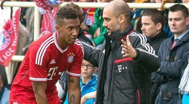 Guardiola da instrucciones a Boateng durante el partido. | EFE