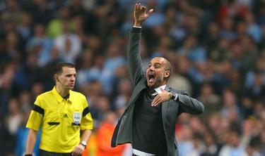 Pep Guardiola gesticula durante el partido de Champions ante el Manchester City. | Cordon Press