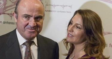 Luis de Guindos, y la delegada del Gobierno en Andalucía, Carmen Crespo, este lunes. | Efe