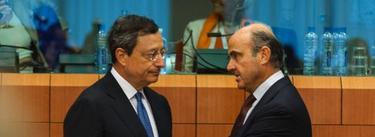 Mario Draghi, junto a Luis de Guindos, en una imagen de archivo, durante un encuentro en Bruselas. | Cordon Press