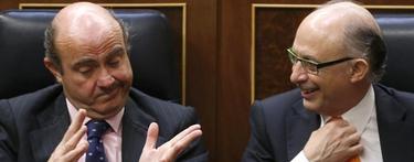 De Guindos y Montoro durante una sesión de control al Gobierno en una foto de archivo | EFE