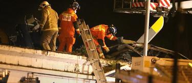 Un equipo de bomberos trata de rescatar a los tres ocupantes del helicóptero que se ha estrellado en Glasgow | Cordon Press