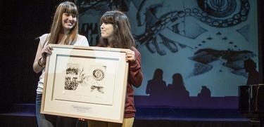Las hijas de Otegi y Eguiguren tras recoger el premio | EFE